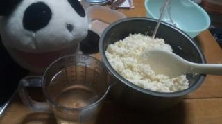 チャコの甘酒作り:お湯を入れていく