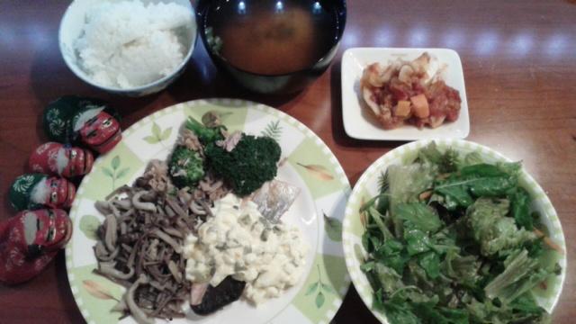 焼き鮭のタルタルソースとルッコラと春菊のサラダ